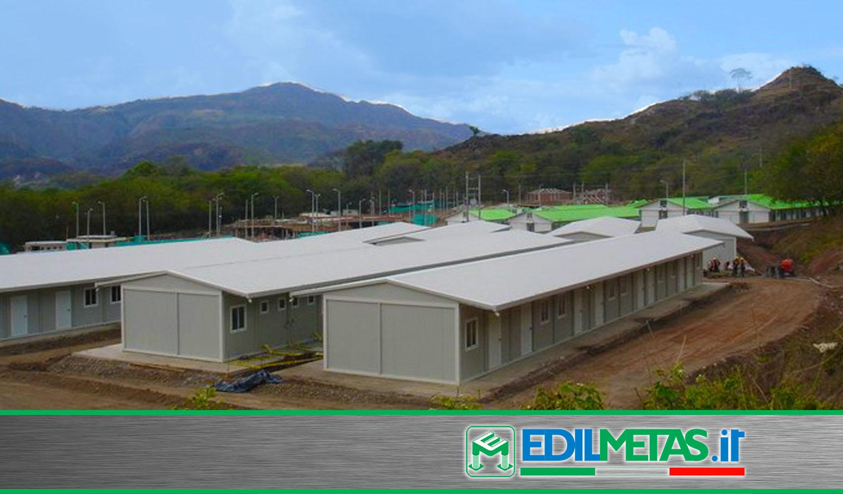 Campo alloggi prefabbricati con tetto a doppia falda coibentato