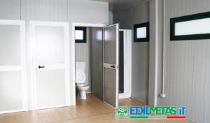 WC prefabbricato per area spogliatoio con docce e lavandino composta da monoblocchi prefabbricati coibentati
