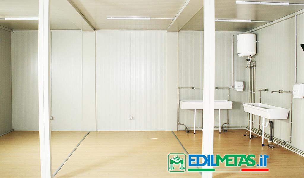 WC prefabbricato per area spogliatoio con docce e lavandino composta da monoblocchi prefabbricati coibentati a norma
