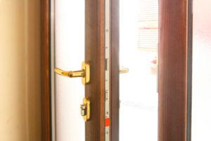 porta finestra in alluminio con ferramenta antieffrazione