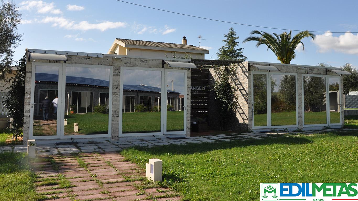 Hotel prefabbricato in container rivestito e personalizzato in villaggio turistico