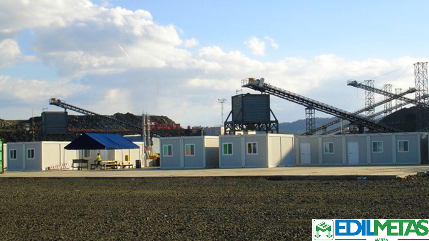 Campo con prefabbricati container uso ufficio, alloggi